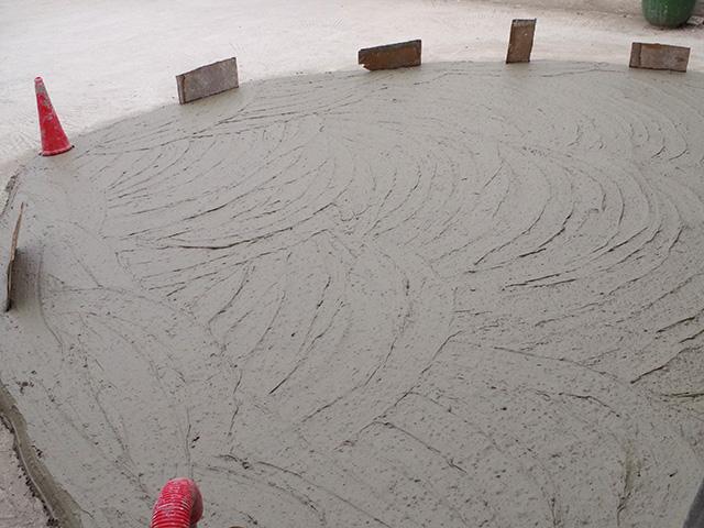 粘土をたっぷりの水につけて柔らかくする