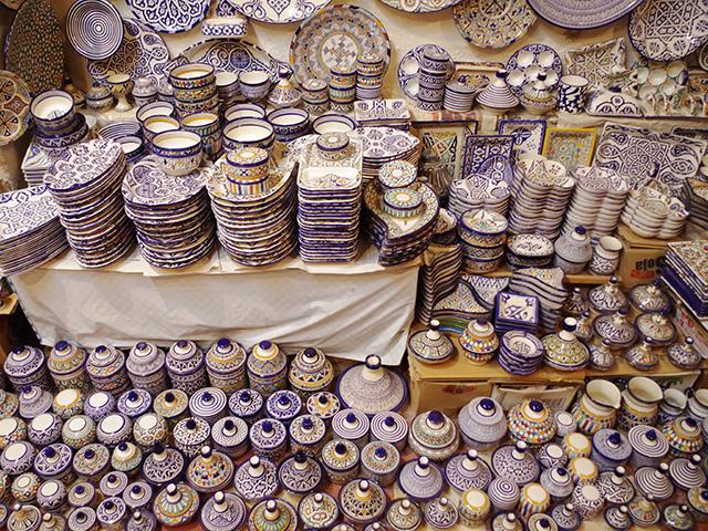 ショップにはフェズブルーのものを中心にたくさんの器が並ぶ